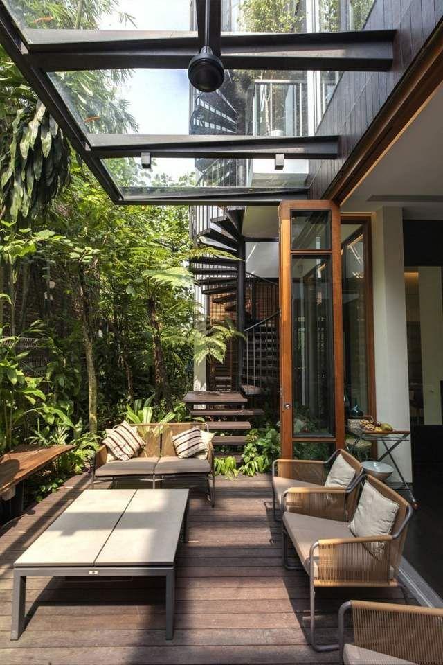 Holz Boden Rattan Stühle exotische Pflanzen Palmen Haus Vordach - interieur mit holz lamellen haus design bilder