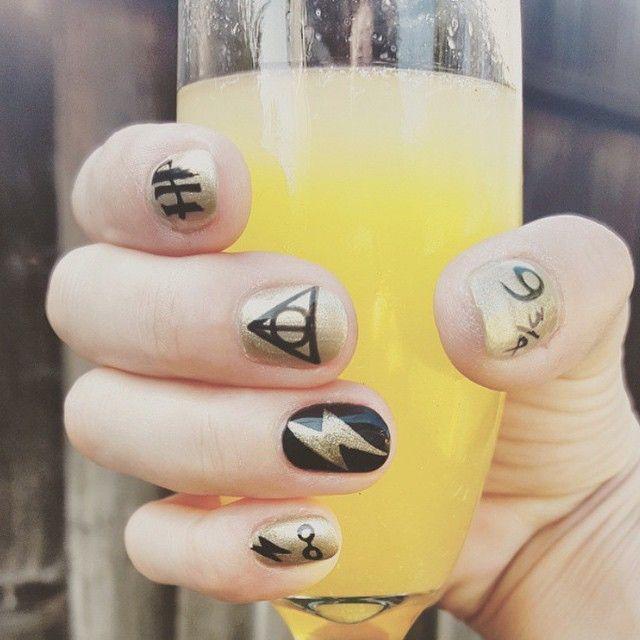 Uñas de Harry Potter pintadas en color dorado y algunas insignias de la película