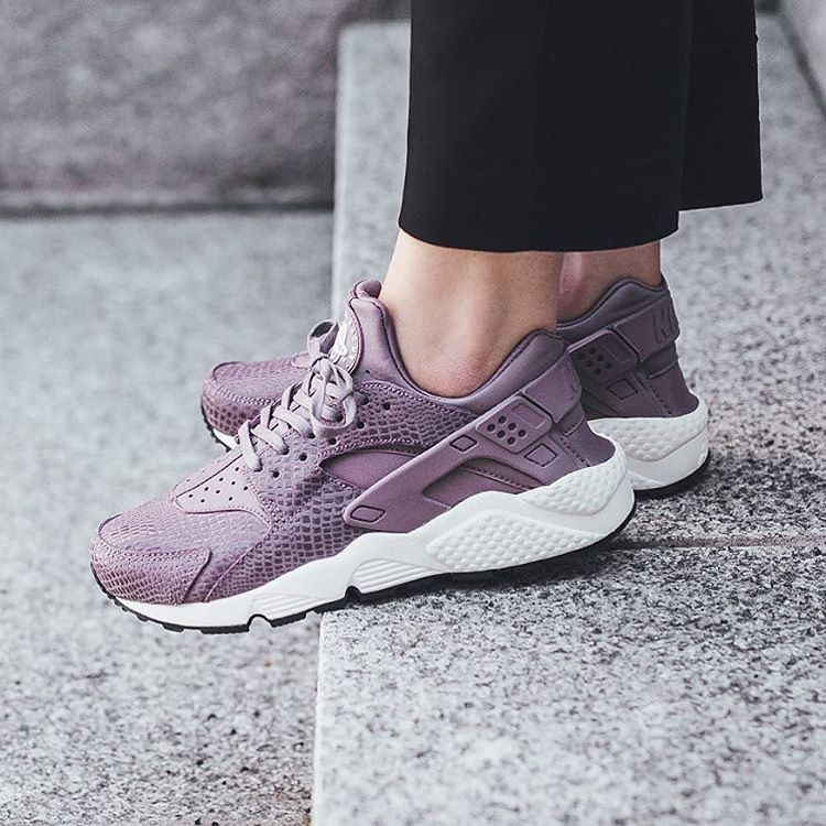 new style 324f0 8fd6d Sneakers femme - Nike Air Huarache Purple Smoke (©titoloshop)