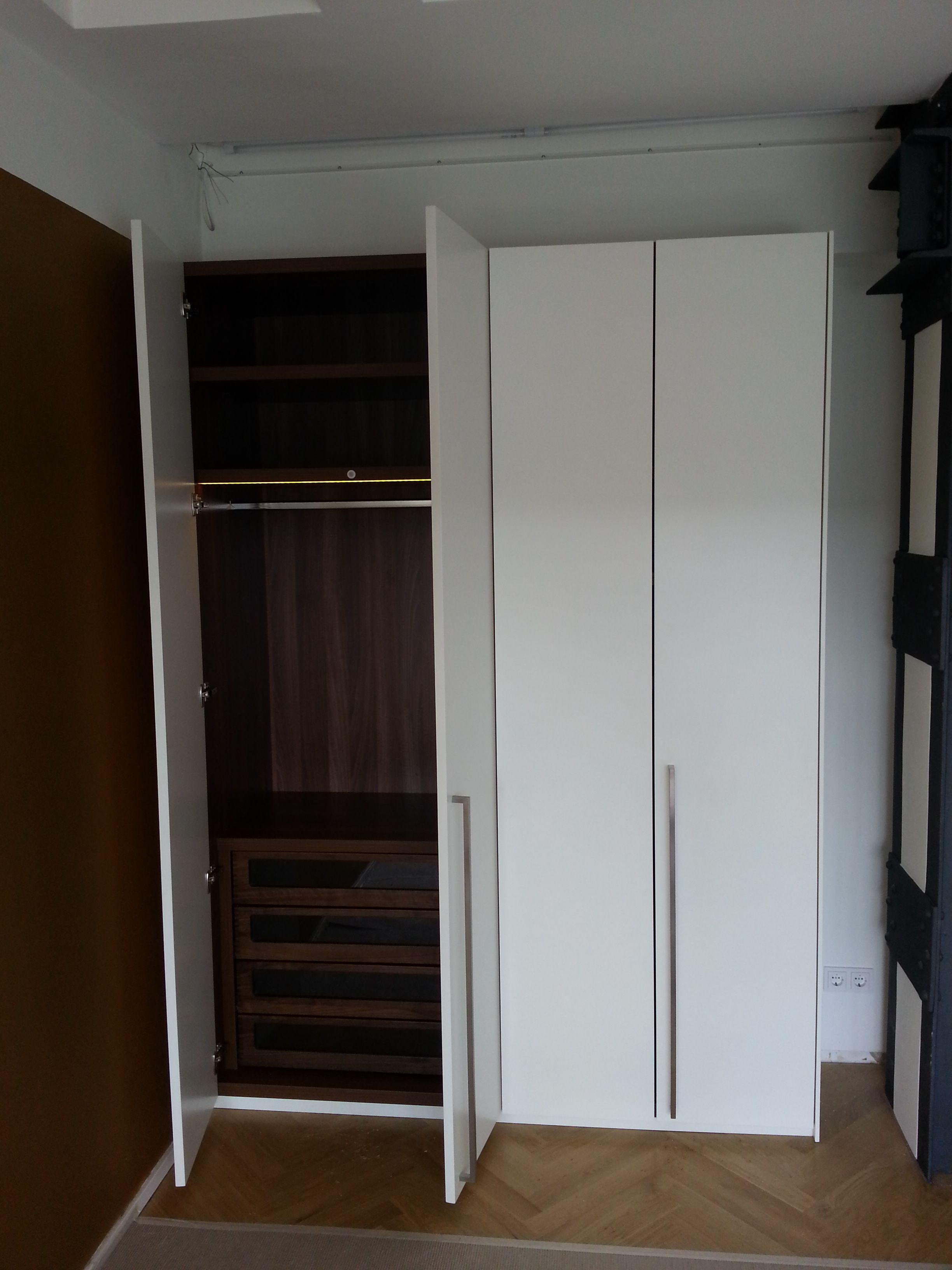 Türen Für Einbauschrank einbauschrank türen weiß seidenmatt lackiert innenleben nussbaum