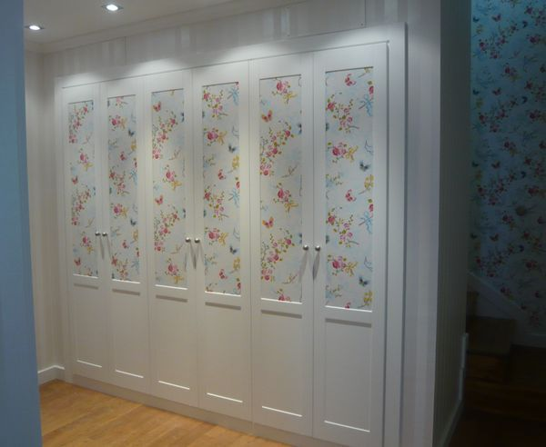 Bonito armario empapelado con un bonito papel de coordone for Papel para forrar puertas