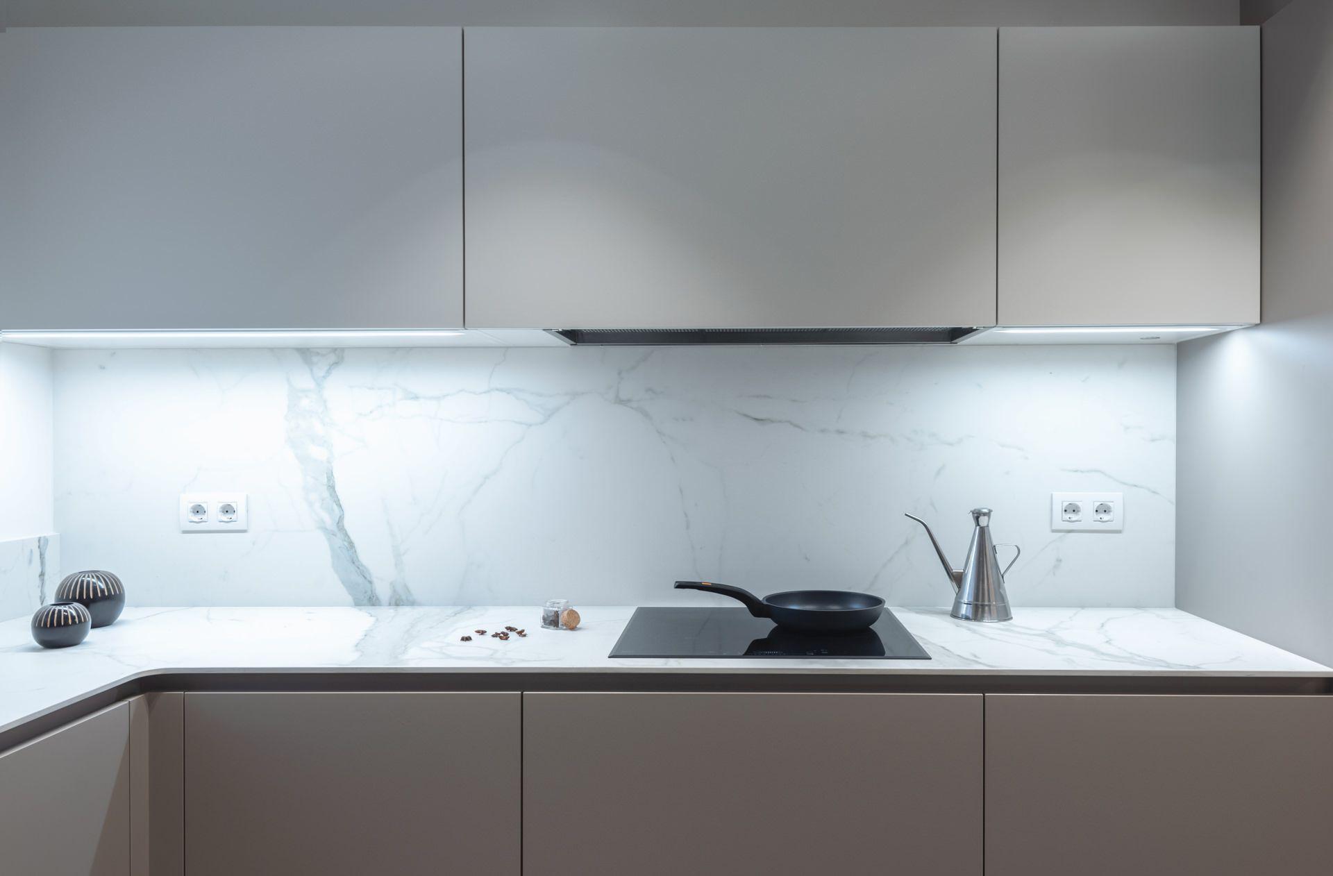 Esta cocina en escala de grises está compuesta por muebles ...