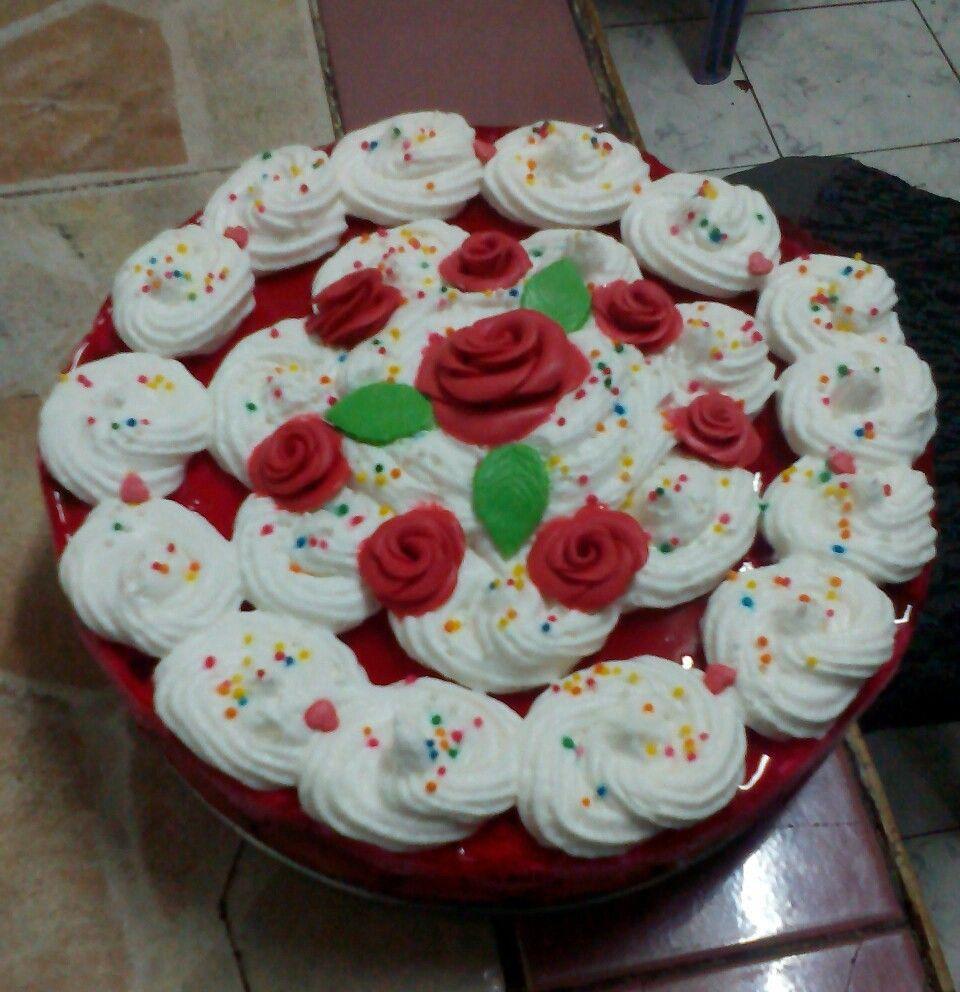 تشيز كيك باسبونچ كيك و كريمة الچيلي و الفراولة مزينة بورود عجينة السكر Cake Pastry Food