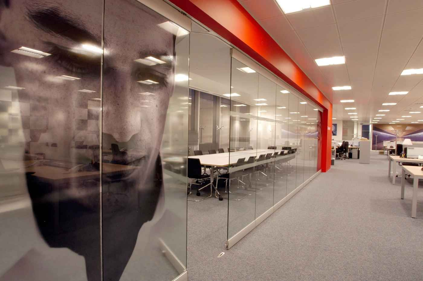 Fixed glass partitions panel for meeting room work hg for Office interior partition design