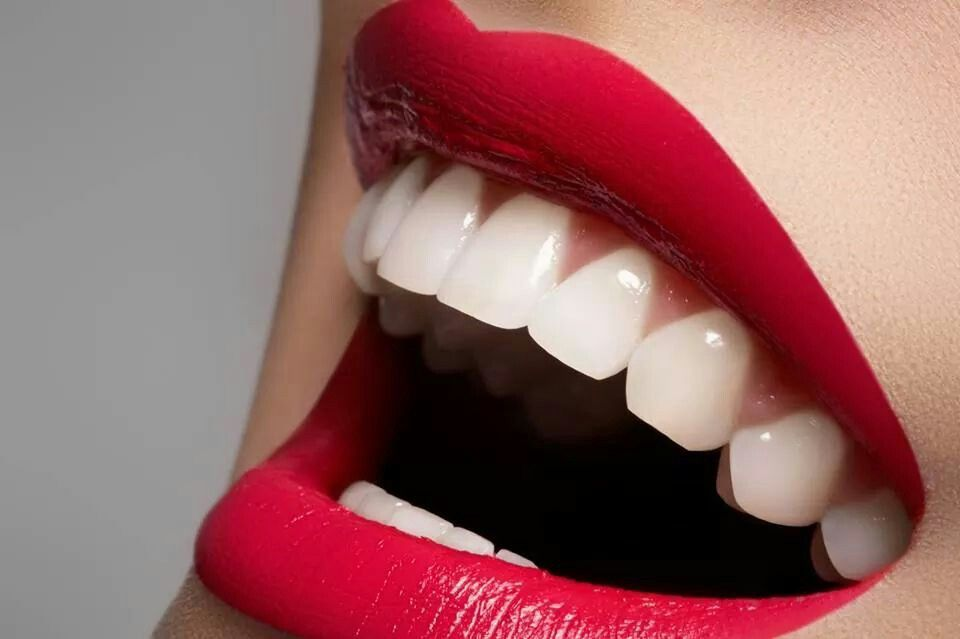Para tener dientes blancos prueba hacer gárgaras con vinagre de manzana al solo levantarte. El vinagre ayuda a remover manchas, aclara los dientes y elimina las bacterias de tu boca. Luego lava los dientes como de costumbre.