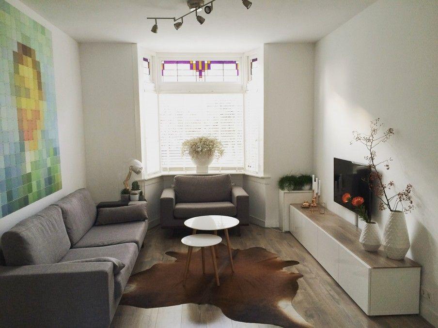 De muren in de woonkamer hebben we strak en wit gelaten. Het grote ...