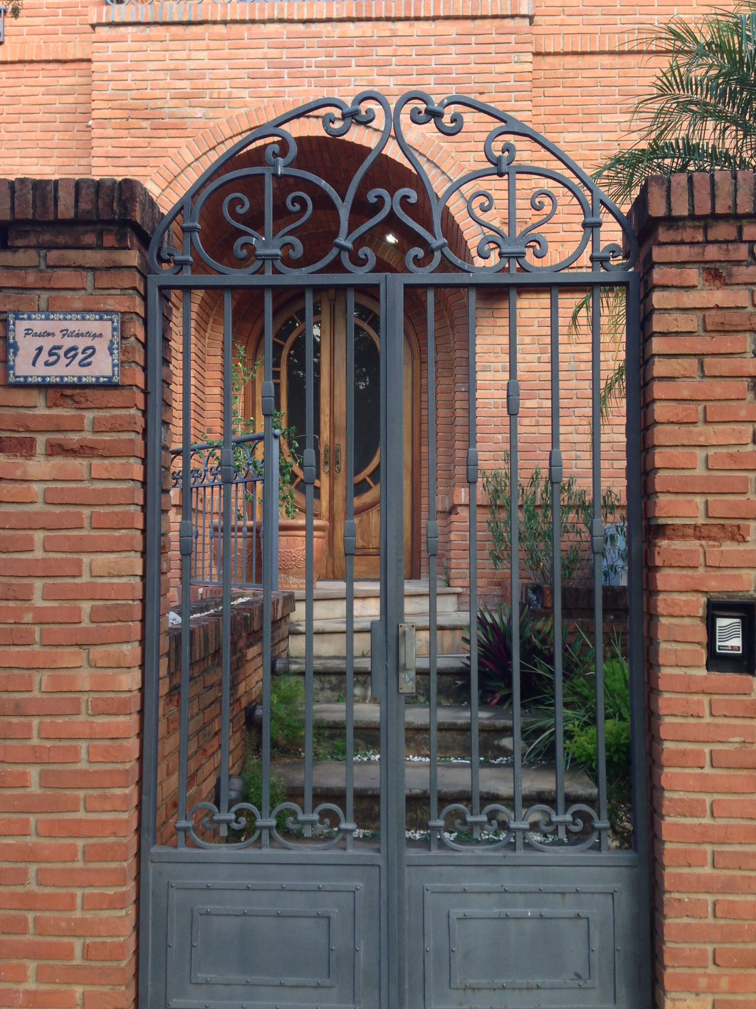 Hermoso port n de hierro asunci n del paraguay puertas for Puertas dobles de hierro antiguas