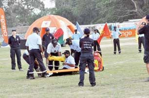 Les sapeurs-pompiers d'Ambanja simulent une intervention sur un blessé