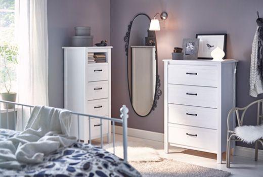 Dormitorio con cama dos c modas espejo y silla dormitorio - Que pasa si se rompe un espejo en casa ...