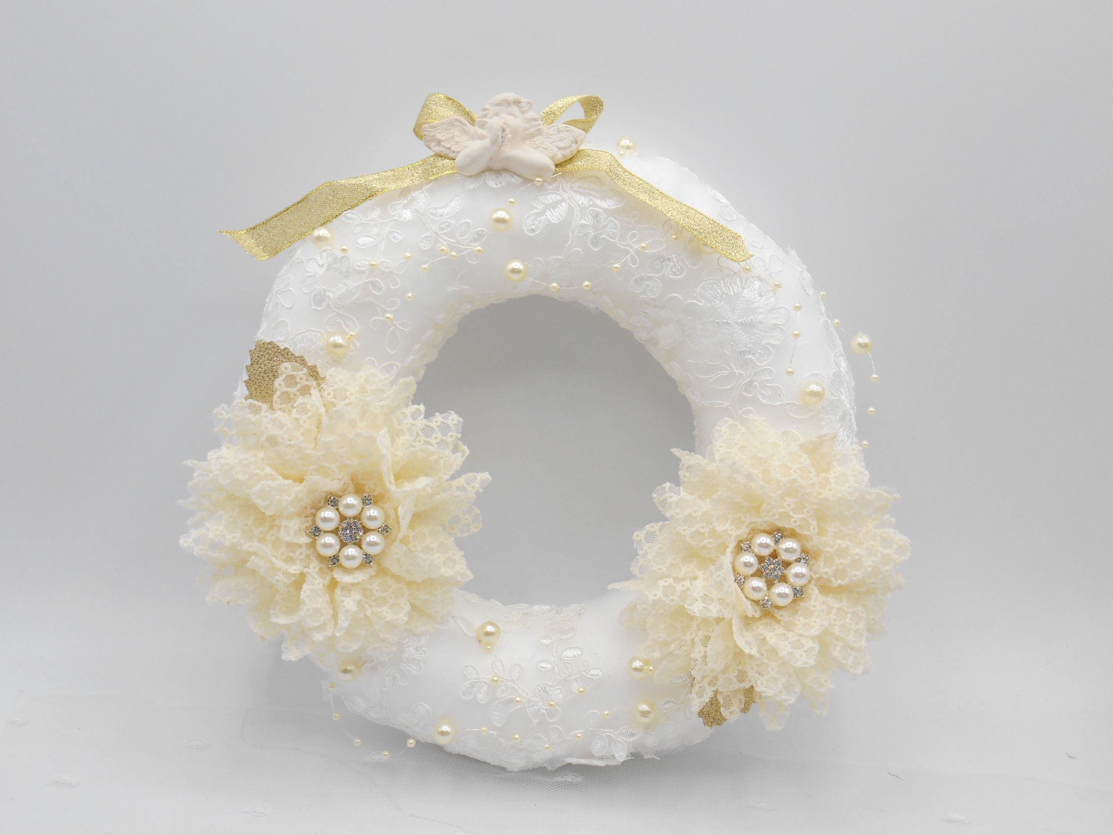 Jolie couronne de noël blanche et beige shabby fait main par Lescreasdeclaudine sur Etsy #couronnedenoelfaitmain