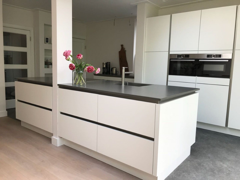 Design Keuken Greeploos : Strakke keuken greeploos wit hoogglans met rvs greeplijsten oude