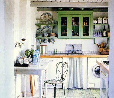 Cocina bohemia con mueble pintado verde y silla vintage de hierro ...