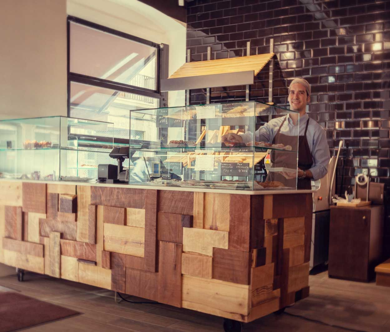 Imagen del mostrador de panader a forn le petit pain for Bares en madera disenos