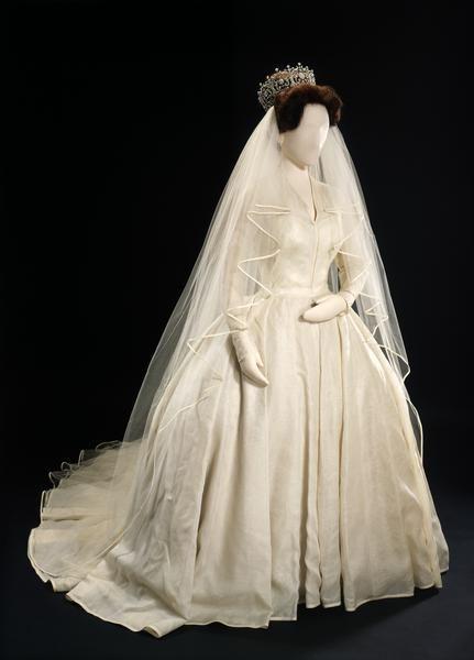 Princess Margaret S While Silk Organza Wedding Dress With A Satin Bound Silk Tulle Veil The Royal Wedding Gowns Royal Wedding Dress Princess Margaret Wedding