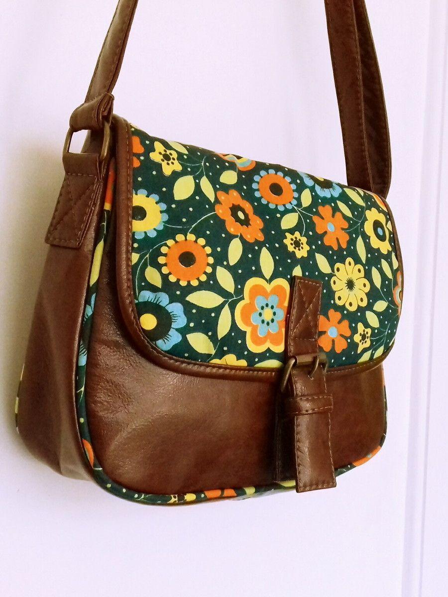 cd7bf57fe Bolsa tiracolo em tecido floral, dublado 100% algodão e, couro ecológico  chocolate Ferragens ouro velho Bolso com zíper na parte das costas e, ...