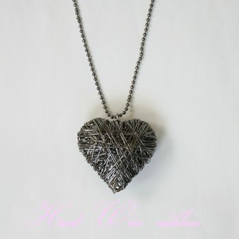 It is the necklace which is individual even if heart made with a thin wire takes it.  The large-sized pendant top and the long chain are made very in a good balance.  Because it is three-dimensional, and the pendant top is large-sized, presence is plentiful! !  It is one article that it is easy to match with any clothes without being too hard without a river passing.    Size: 5.5* pendant top length 5* wide thickness 3, 80 chain length ()
