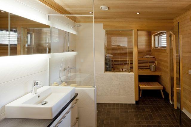 badezimmer--kleine-sauna-weisse-fliesen-dusche-glas-trennwand - fliesen für badezimmer