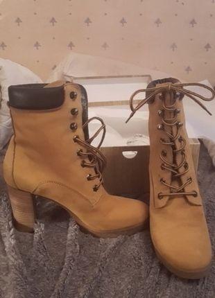 À vendre sur #vintedfrance ! http://www.vinted.fr/chaussures-femmes/bottes-and-bottines/12673434-boots-talons-type-timberland-en-cuir-neuves