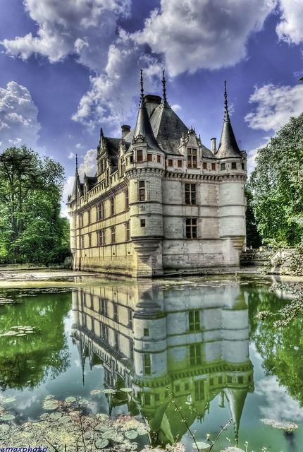 Les Châteaux de la Loire à Vélo - Le Château d'Azay le Rideau, France http://guide.voyages-sncf.com/article/la-loire-a-velo/les-chateaux-de-la-loire-a-velo-voyazine_3090309?q=chateau+azay=A_ID_Pinterest