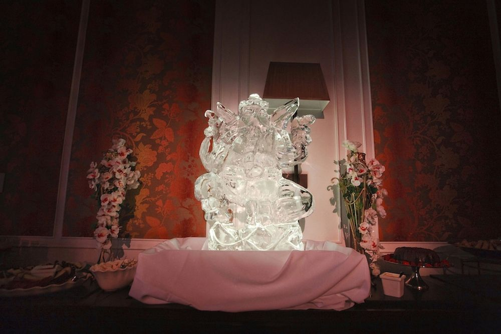 Ice Sculpture   Photography by McLellan Style | discover more wedding inspiration at www.shaadibelles.com #southasian #wedding #indian