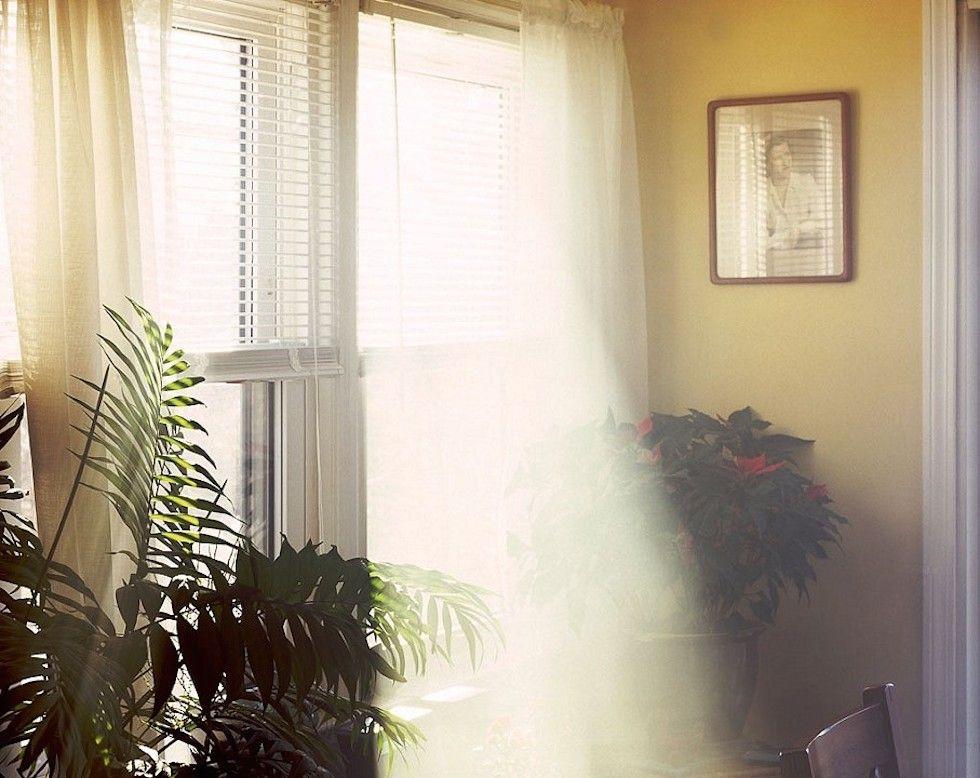 Raggi solari che passano attraverso finestre e rimbalzano sugli specchi, nelle foto di Alexander Harding
