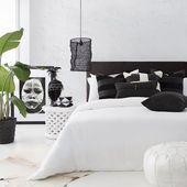 Schwarzweiss-Schlafzimmer mit gerahmtem Massai-Porträt #kissen #jujuhat #kubacloth#designideas #designinspiration #designlovers #designersaree #designsponge #designersarees #designbuild #designersuits #fashionmuslim #scandinaviandesign #industrialdesign #nailsdesign #nailartist