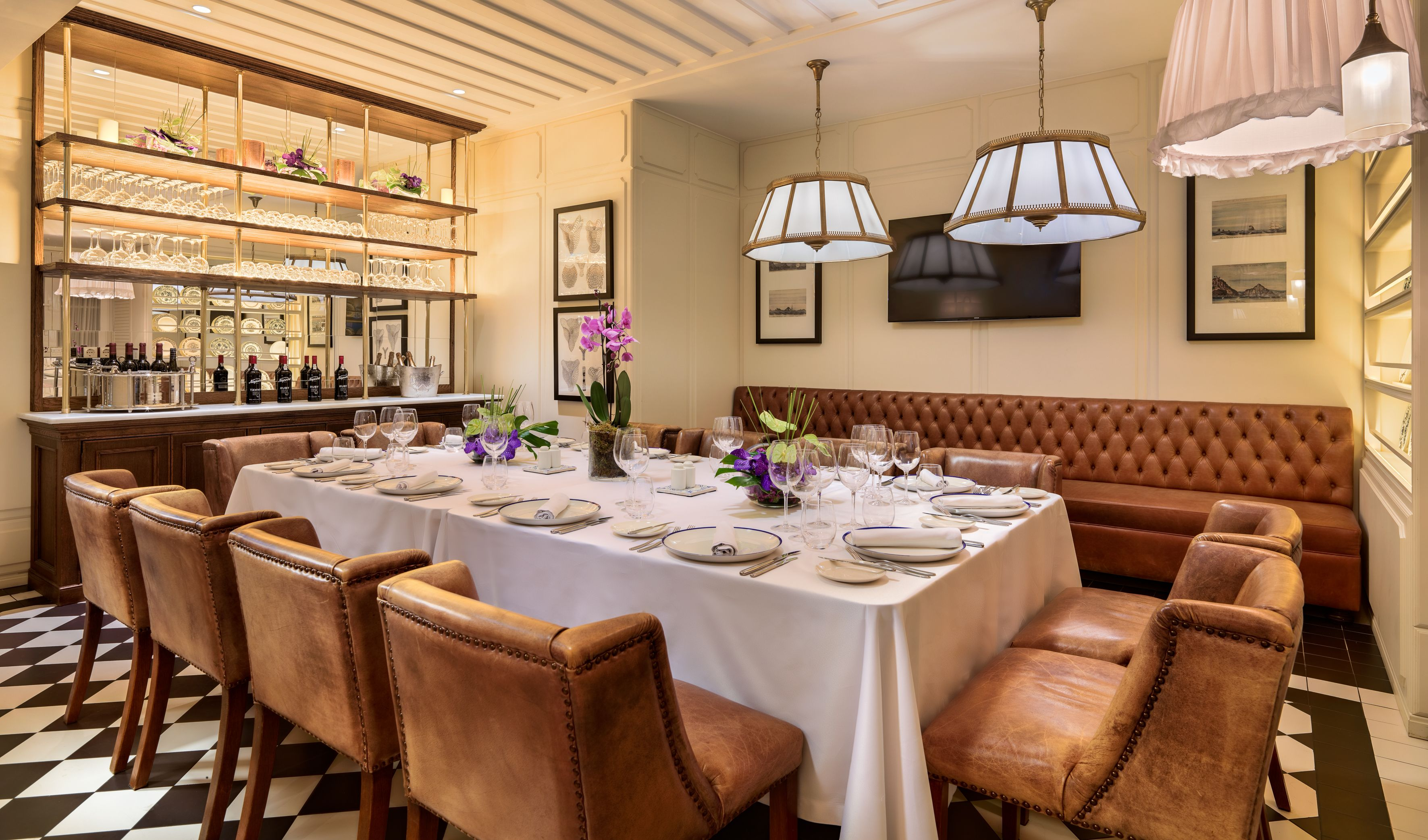 Book your event at H10 Duque de Loulé Boutique Hotel! Our Azul e Branco restaurant is the perfect place for a group dinner. #h10hotels
