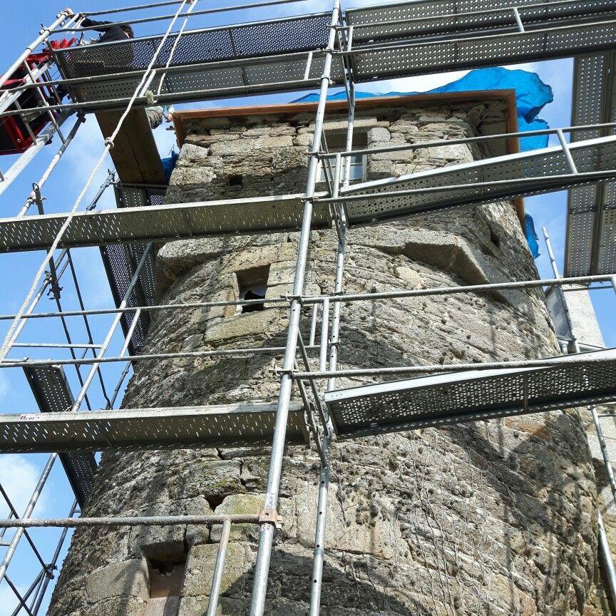 Débord de toiture sur la tour du manoir #manoir #architecture