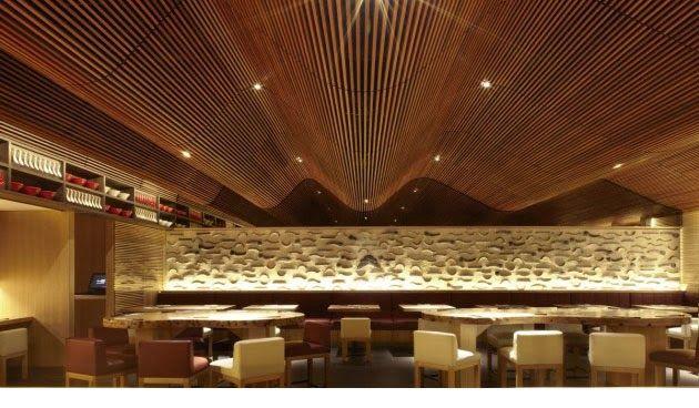 Espectacular techo de madera en el restaurante Ippudo
