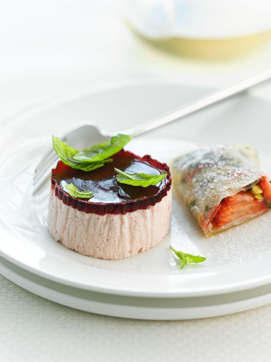 Bavarois van aardbeien en loempia van aardbeien http://www.njam.tv/be/nl/recepten/bavarois-van-aardbeien-en-loempia-van-aardbeien