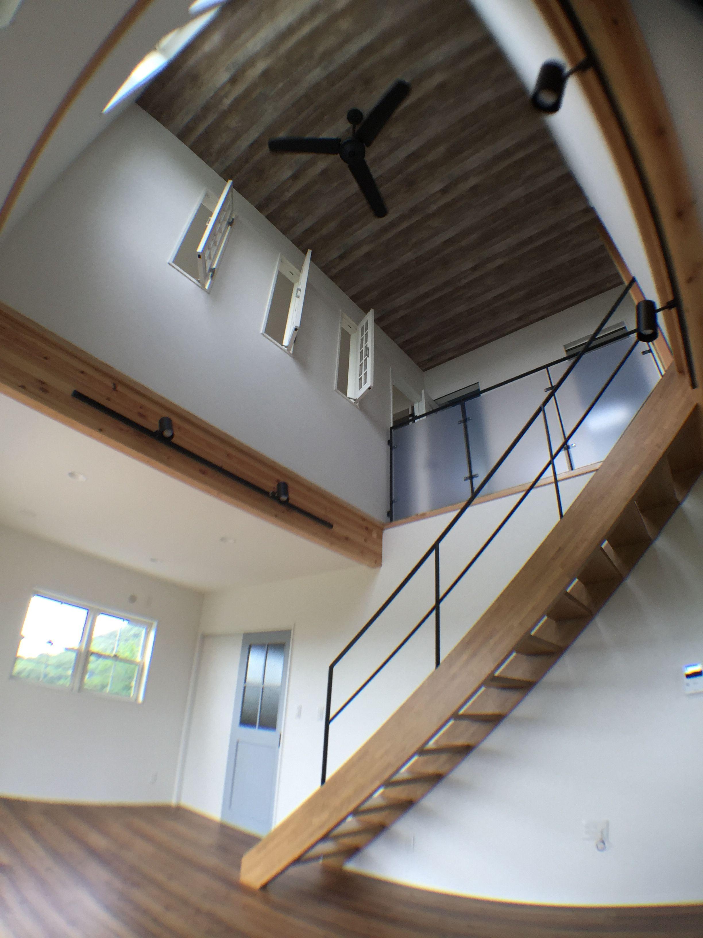 吹き抜け リビング階段 シーリングファン 室内窓 板張り風天井