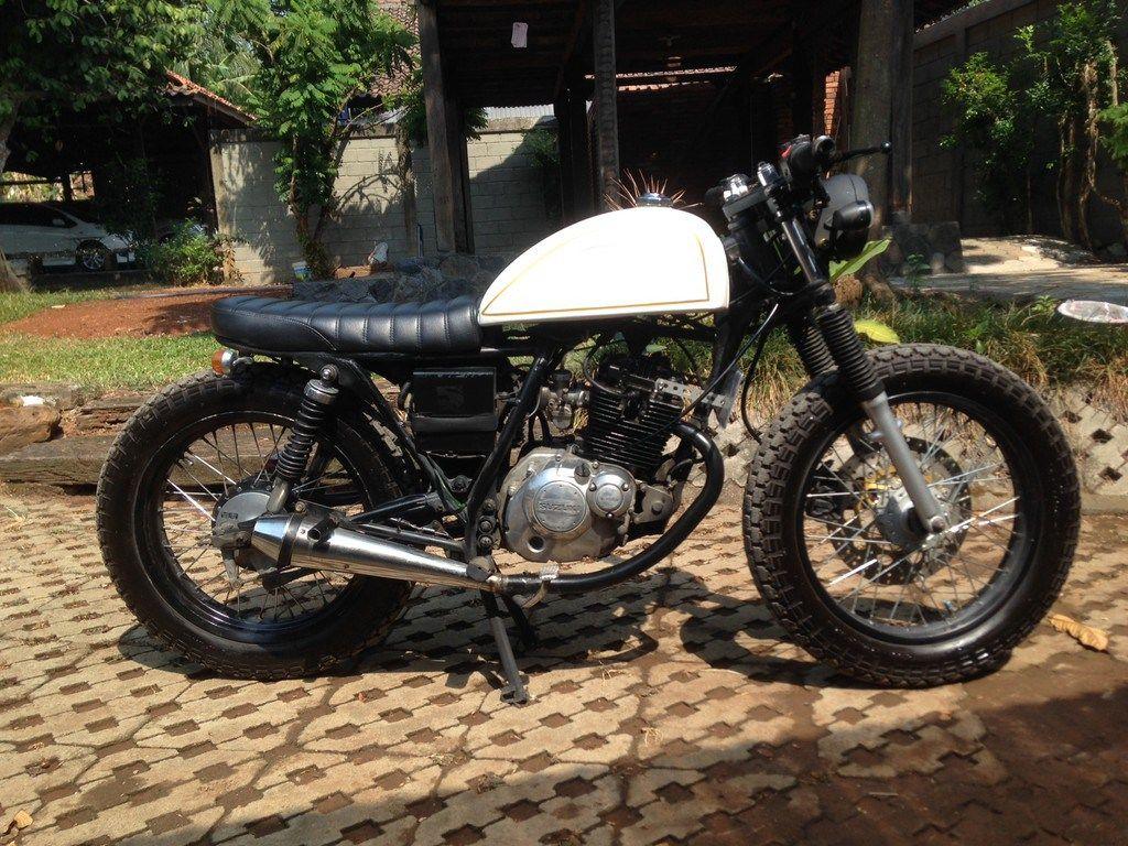 suzuki thunder 125 cc tahun 2004 modifikasi cafe racer hitam putih
