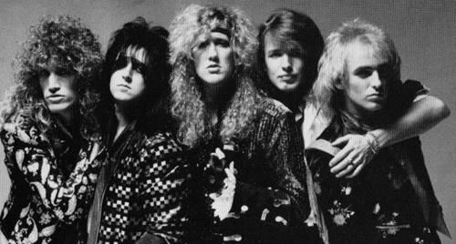 Rock band tóc dài xoăn , đầu bông xù là kiểu tóc phổ biến thập niên này với những trang phục nhiều họa tiết