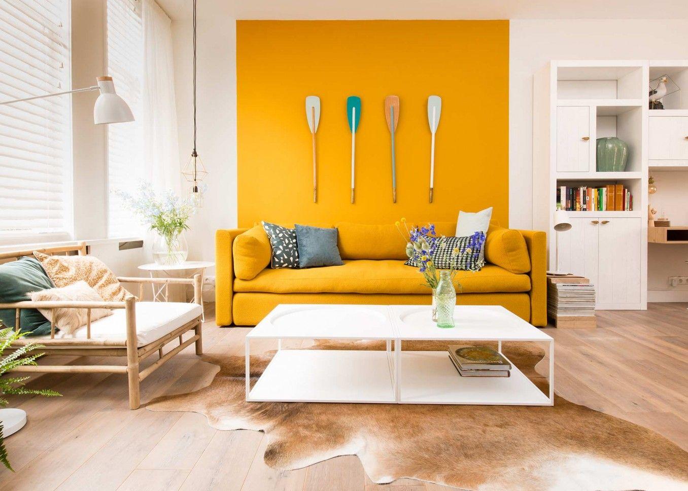 Gele bank en muur vtwonen  WOONKAMER  Woonkamer geel