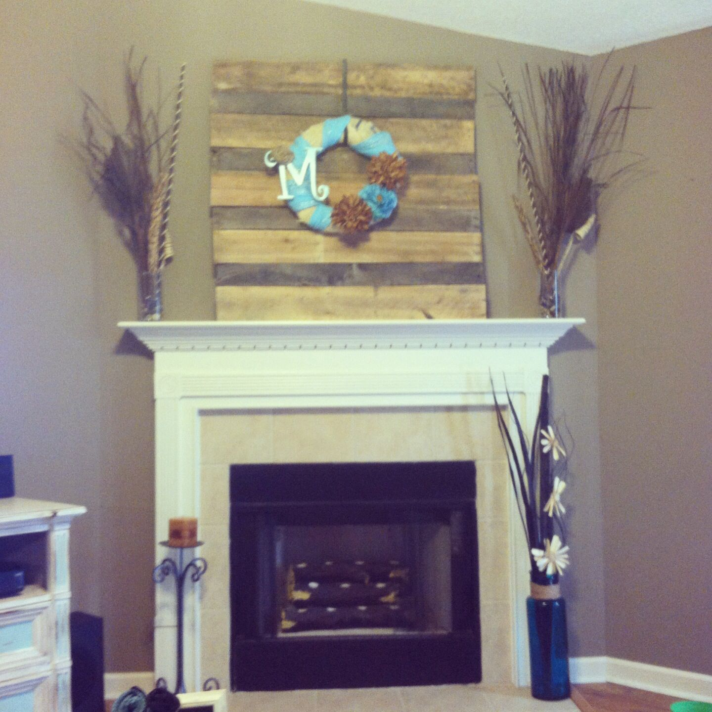 Pallet wood mantel piece with a wreath love this decor pinterest - Fireplace mantel piece ...