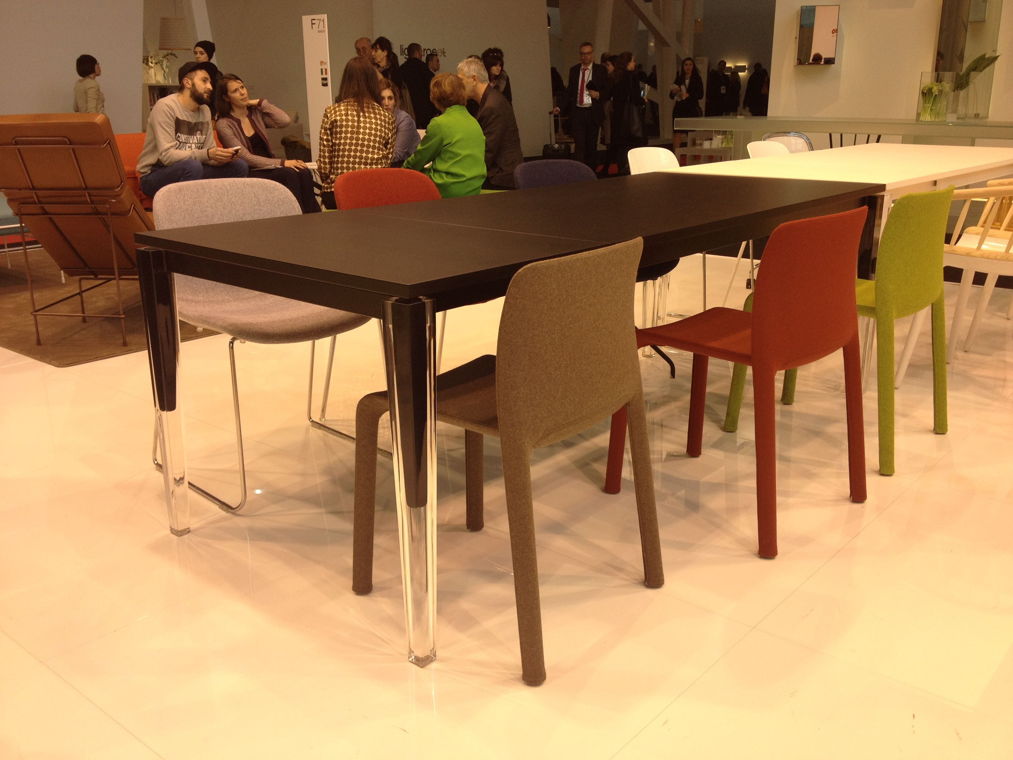 L 39 originalit de cette table magis le double empietement deco table design mobilier for Deco mobilier design