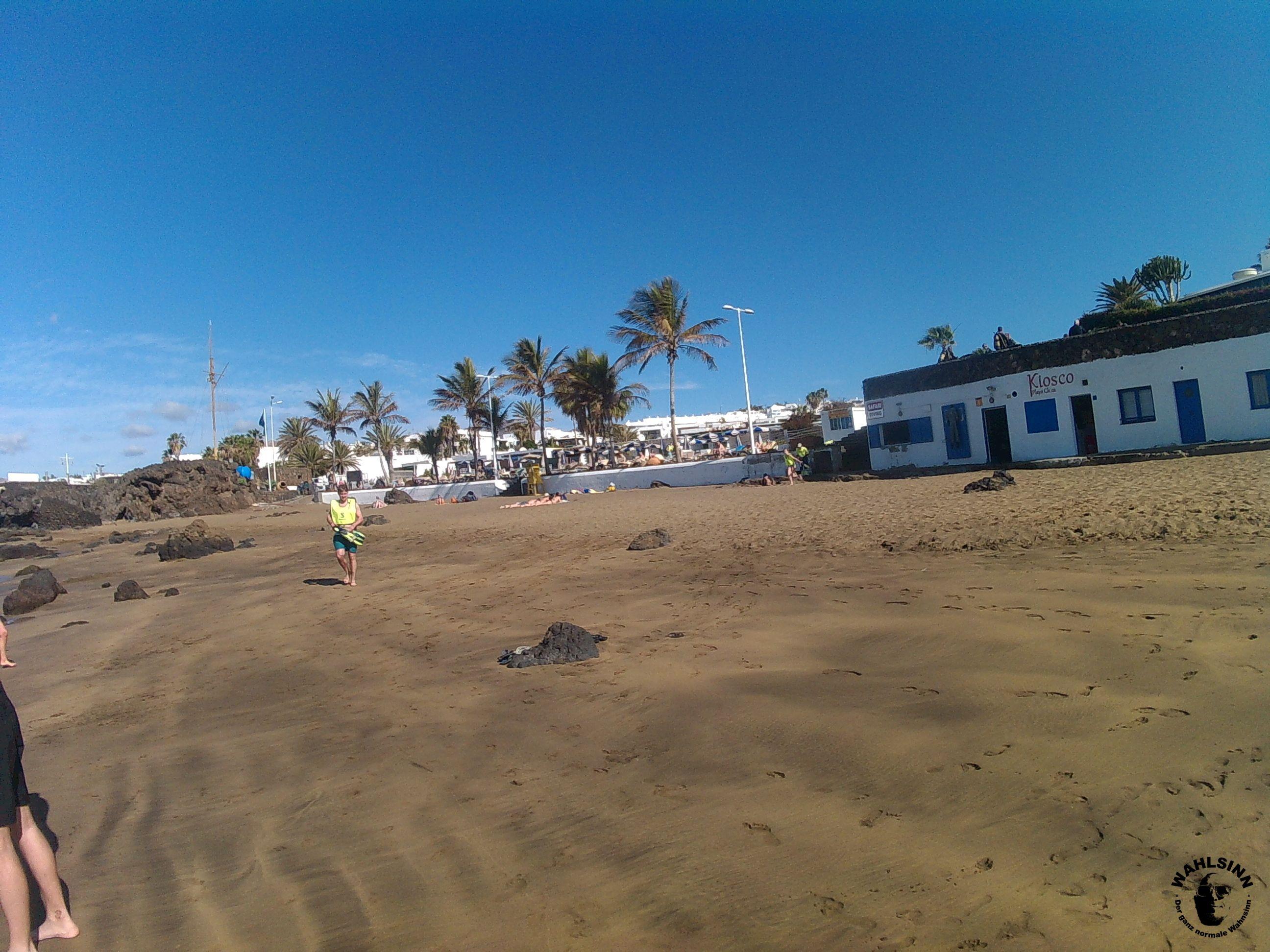 Tauchen Lanzarote - Playa Chica - Der Strand mit Blick auf den Kiosk und die Tauchbasis
