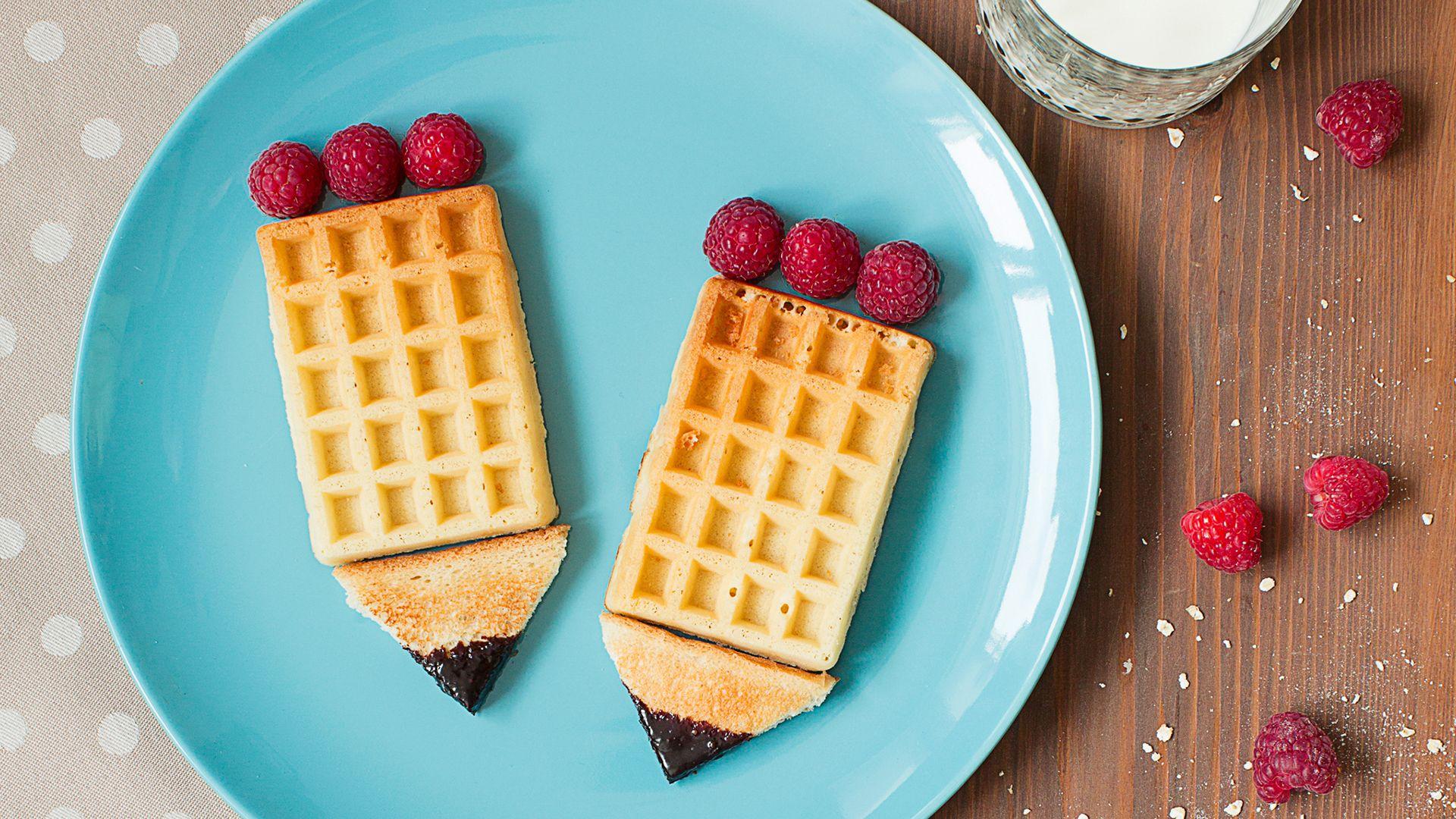 Schul-Snack #waffles #raspberries #chocolate #milk #awesome #sogood ...