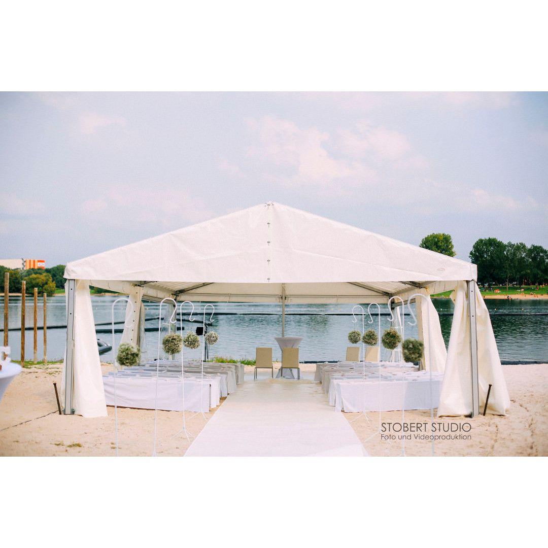 Freie Trauung Am Strand In Unserer Hochzeitslocation Dem Seepavillon Am Fuhlinger See In Koln Konnt Ihr Euch Di Hochzeitslocation Hochzeit Am Wasser Trauung