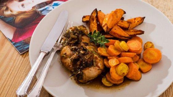 Hühnerbrust mit Zwiebelsauce, dazu Butterkarotten und Süßkartoffelsticks.