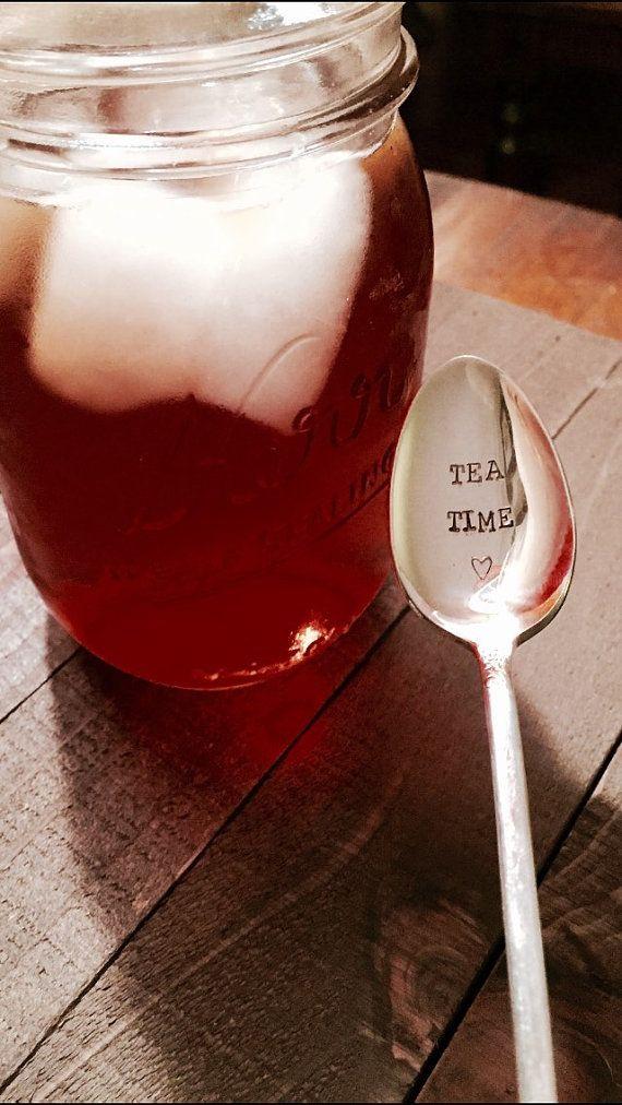 Vous recevrez une cuillère à thé plaqué argent avec la formulation: «Tea Time» avec le coeur design en bas