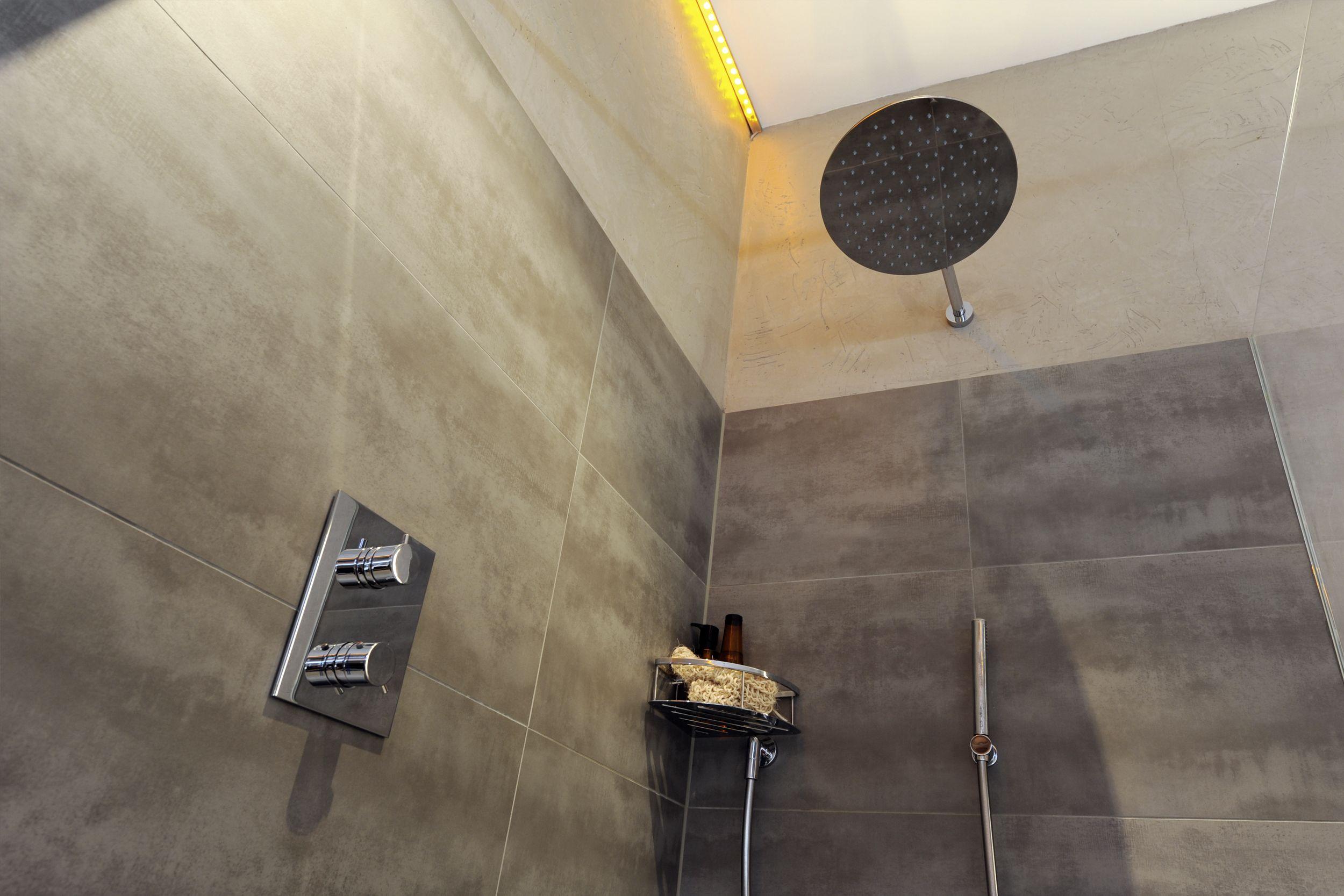 Frei begehbare Dusche mit Thermostatarmatur • Hand und
