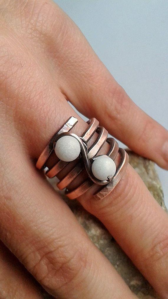 Kupferdraht Ring mit zwei weißen Jade Perlen Ich verehre Ringe wie ...