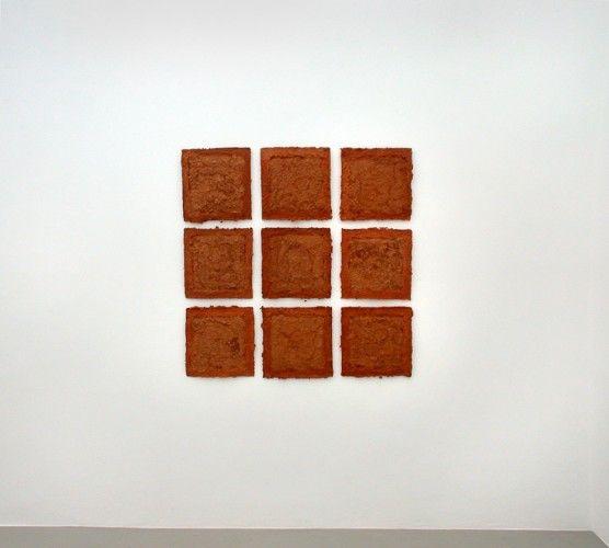 Bauxit, apulische Erde ist ein Werk von Helmut Dirnaichner aus dem Jahr 2003 geschöpft aus apulischer Erde und Zellulose.