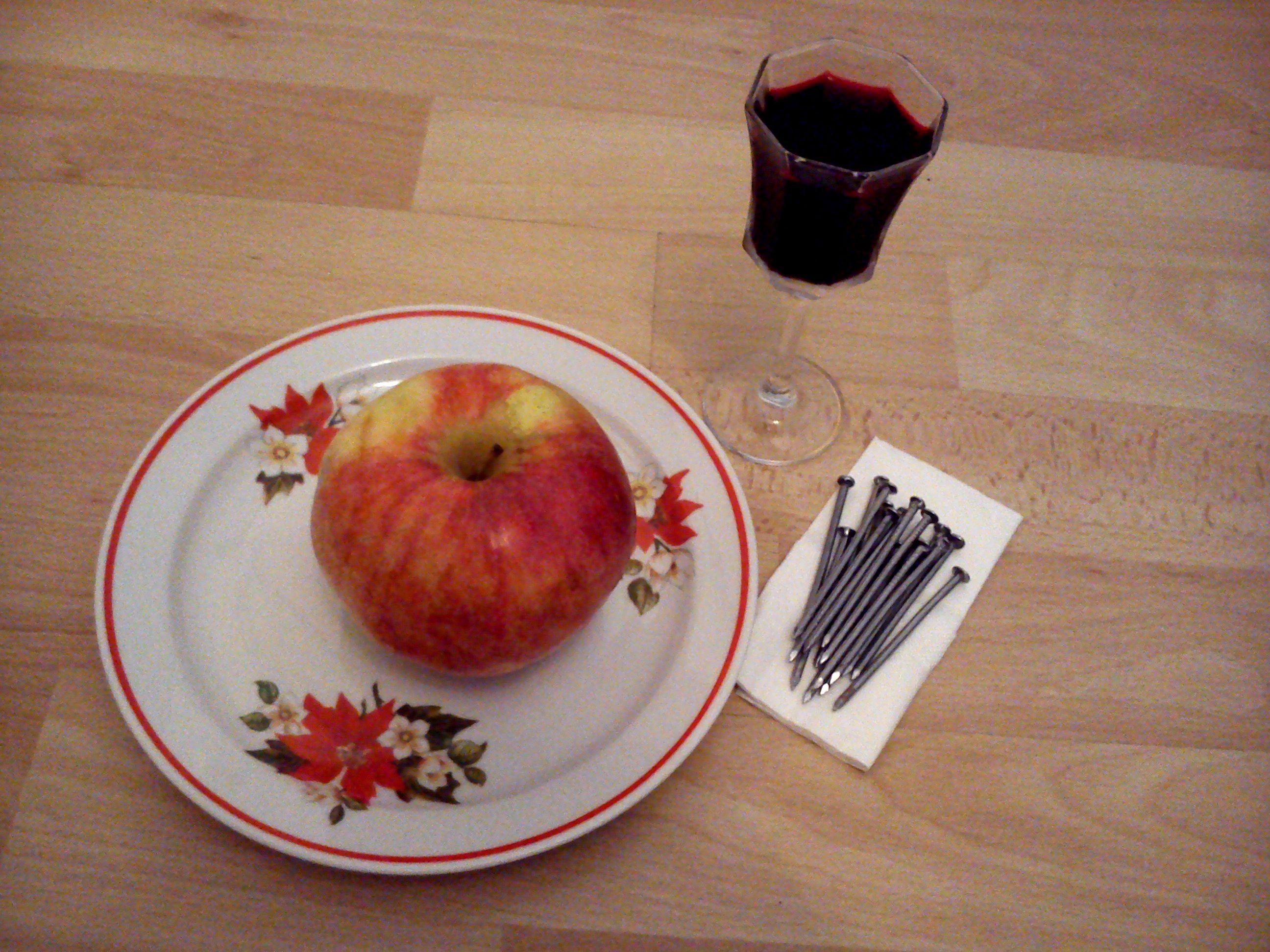 alma vas szegekkel és céklalé