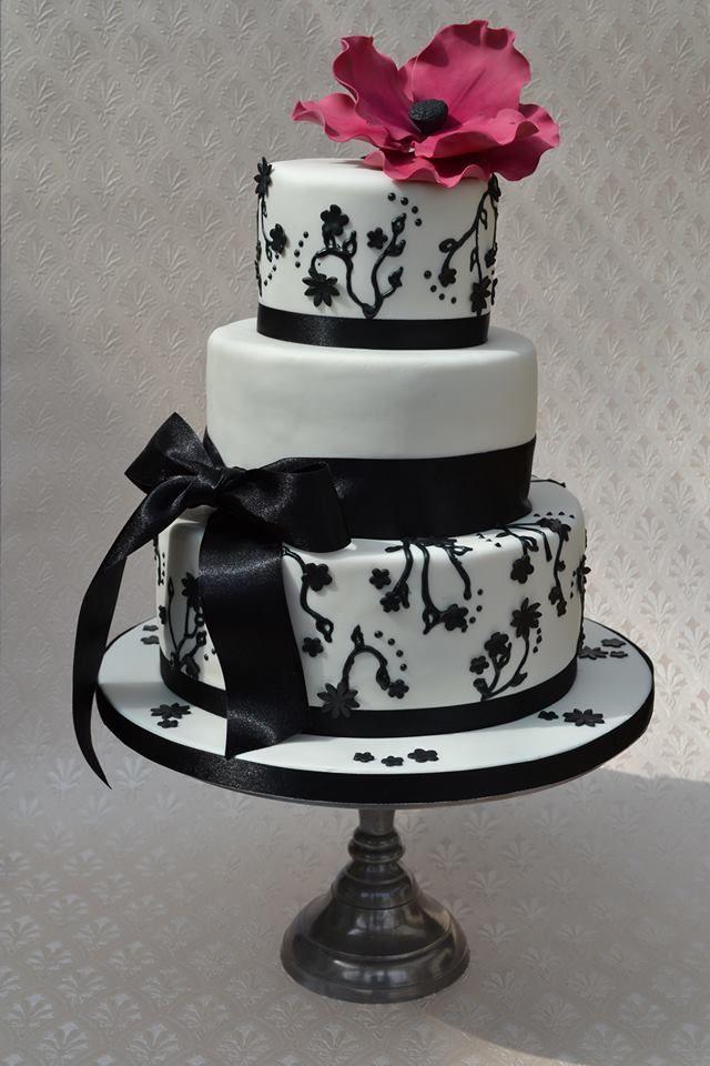 Romantic black and white weddingcake with a touch of Burgundy.   Romantische zwart witte bruidstaart met een bordeaux rood accent.   www.sweetdelicious-taarten.nl
