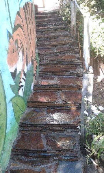 escaleras rusticas en pizarra oxidada y muro de piedra de musgo madrid
