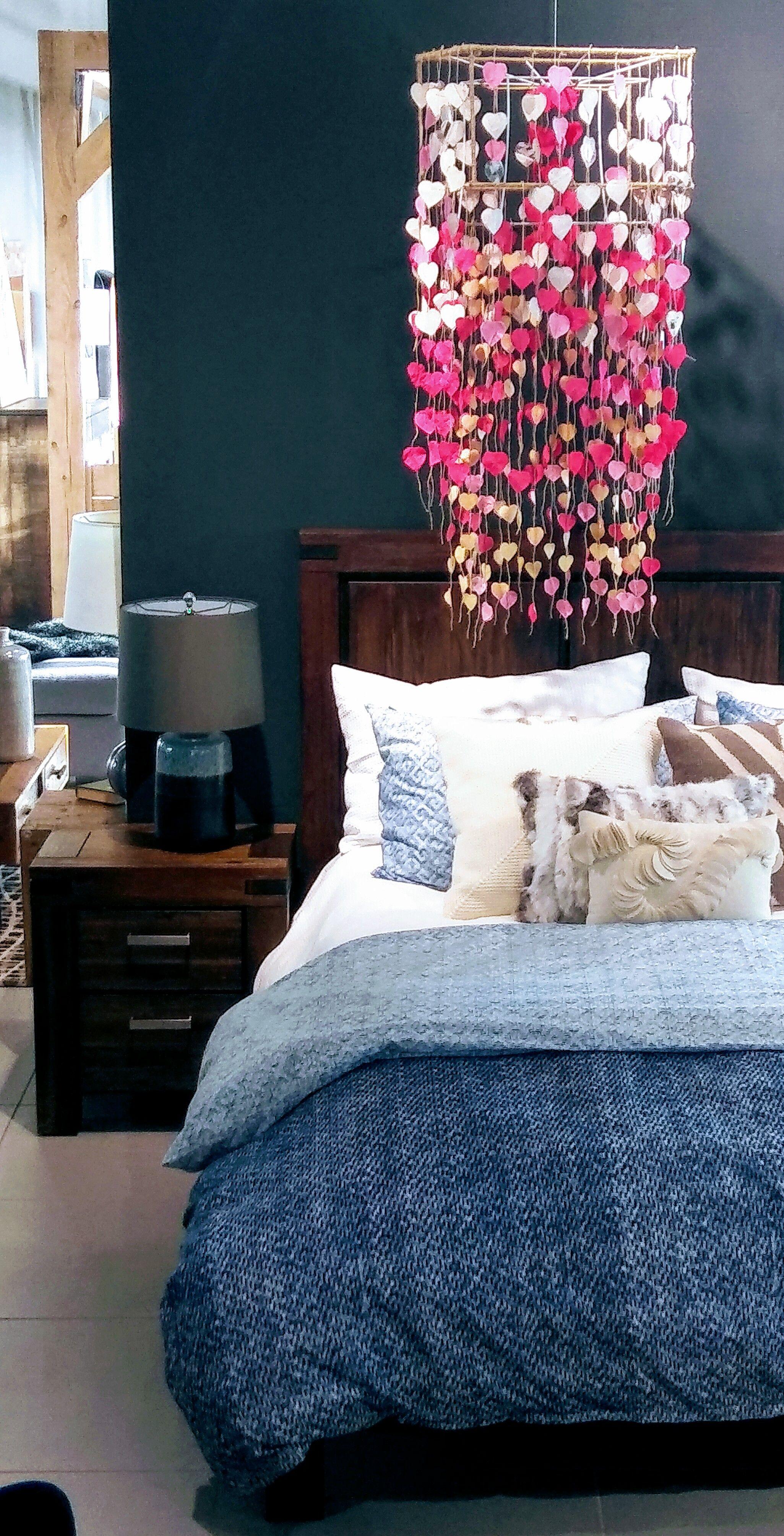 Voici Une Chambre Chaleureuse Qui Presente Un Lit En Bois Un Lustre En Coeur Et Une Peinture Bleu Nuit Qui Inspire La Detente Cozy Room Home Decor Wooden Bed
