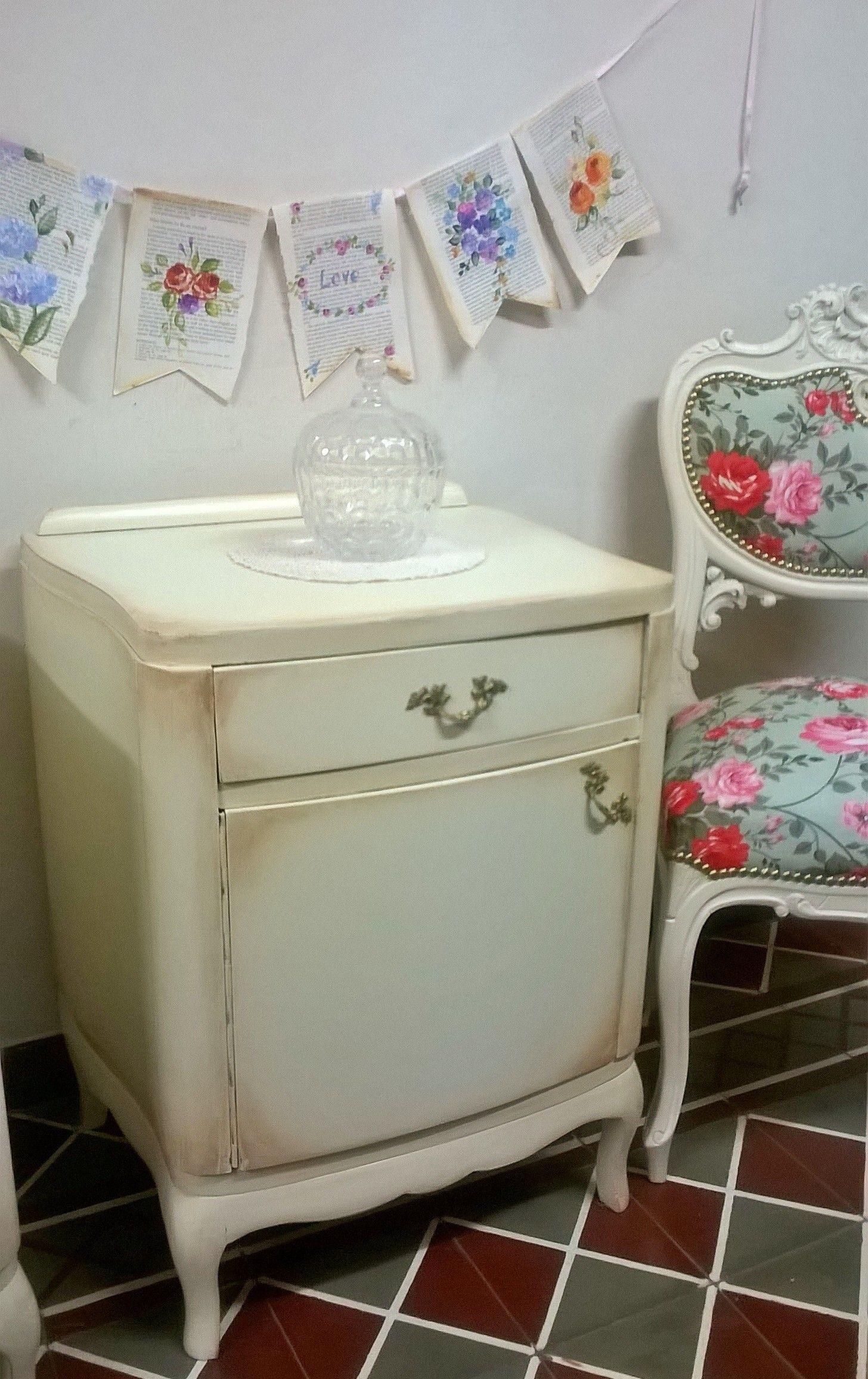 Mesa de luz francesa intervenida en color beige y patinada en tonos ...