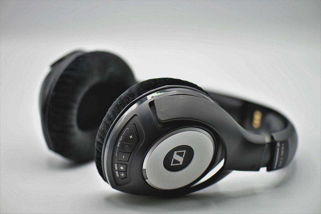 Best Wireless Earbuds For Small Ears 2020 Buyer S Guide Tenhunters Music Headphones Wireless Headphones Headphones